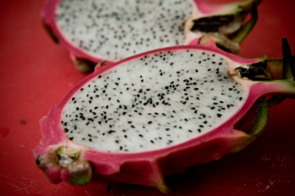 Pitaya ou fruit du dragon : coupé en deux