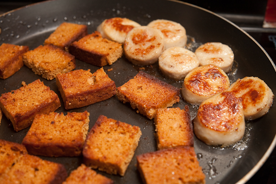 Les rondelles de boudin blanc sont grillées à l'huile d'olive