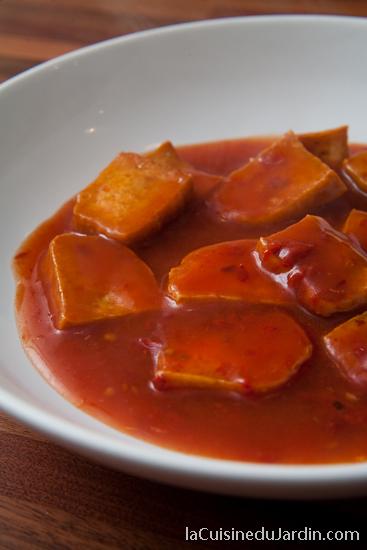 Tofu frit à la sauce tomate piquante