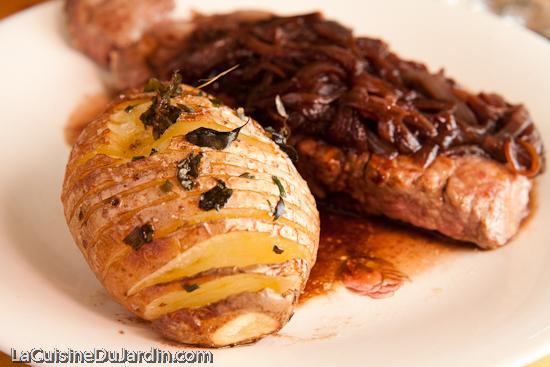 Une pomme de terre au four à la suédoise Hasselback potatis pour accompagner la bavette