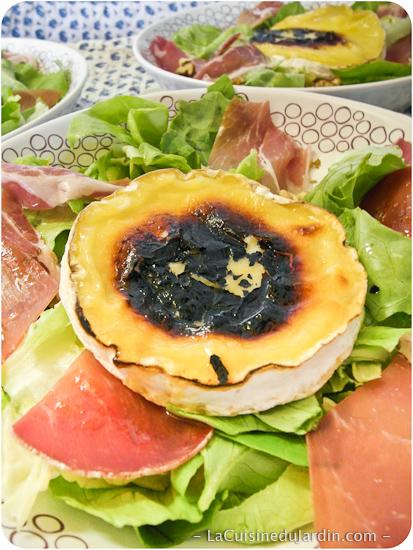 Salade composée au jambon cru et au camembert rôti