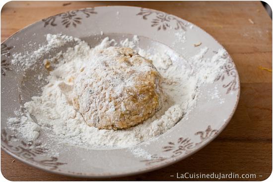 Roulez les galettes dans la farine