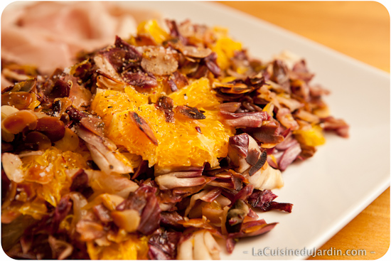 Chicorée cuisinée avec de l'orange et des amandes