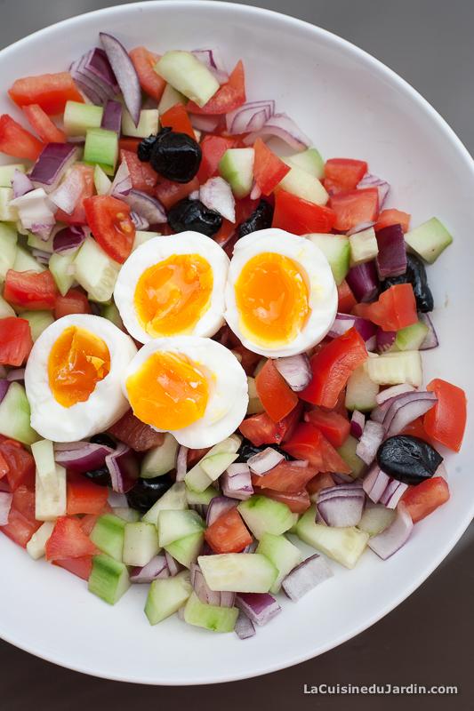 Salade composée : concombre, tomate, oignon rouge, olives et oeuf mollet